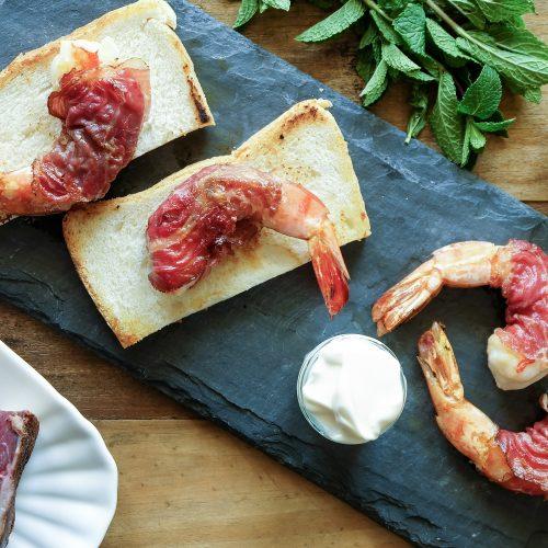 Gamberetti rivestiti di pancetta affumicata di manzo